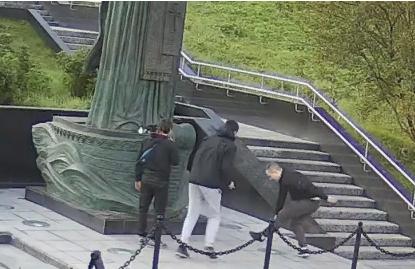 В Мурманске хулиганы осквернили памятник Николаю Чудотворцу 2018-235