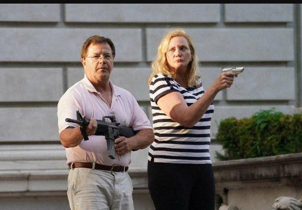Американцы защищают имущество с оружием в руках Scree464