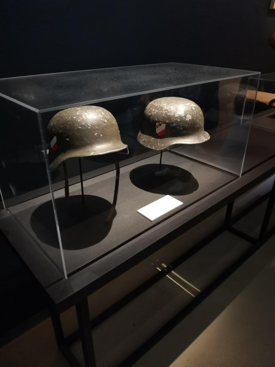casques de Bourvil et de Louis de Funès dans la grande vadrouille Thumbn12