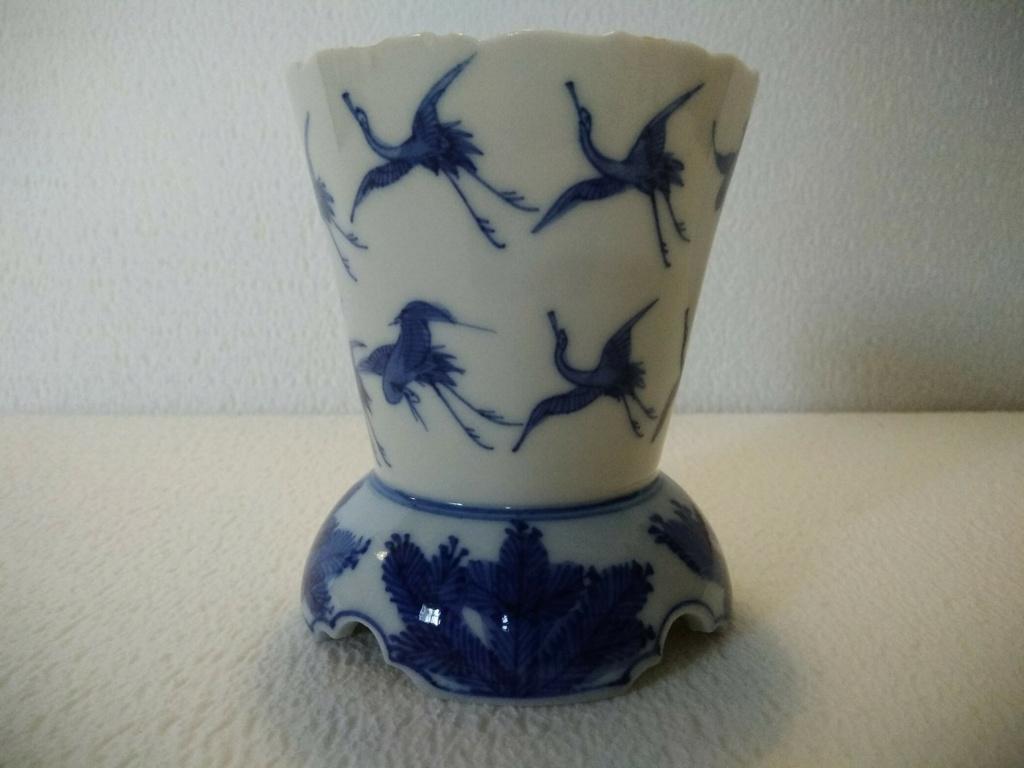 Gobelet porcelaine japonaise décor bleu vol de grues audessus des pins Img_2047