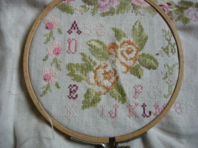 sampler abécédaire aux roses de dmc - Page 3 Dscn2557