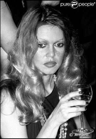 Brigitte avec un verre  03892810