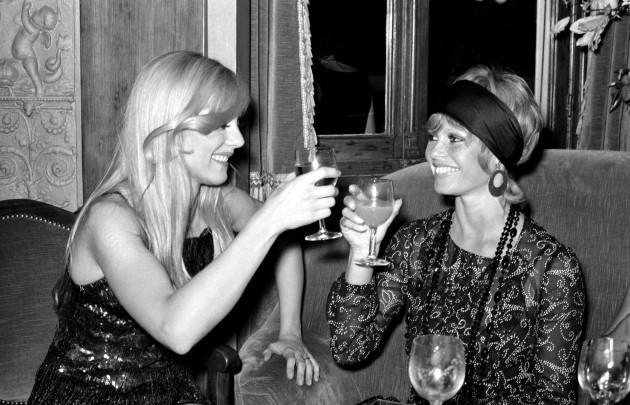 Brigitte avec un verre  Iu5ma010