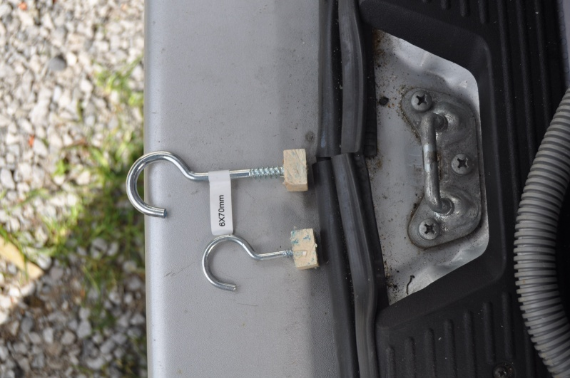 Je recherche la réf du bidule qui permet d'entrebailler le coffre svp Dsc_0025