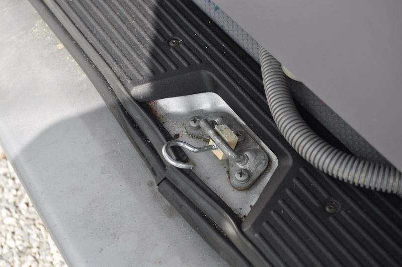 Je recherche la réf du bidule qui permet d'entrebailler le coffre svp Dsc_0028