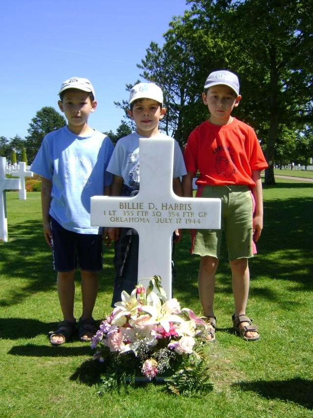 La tombe la plus fleurie de Colleville Dsc03711