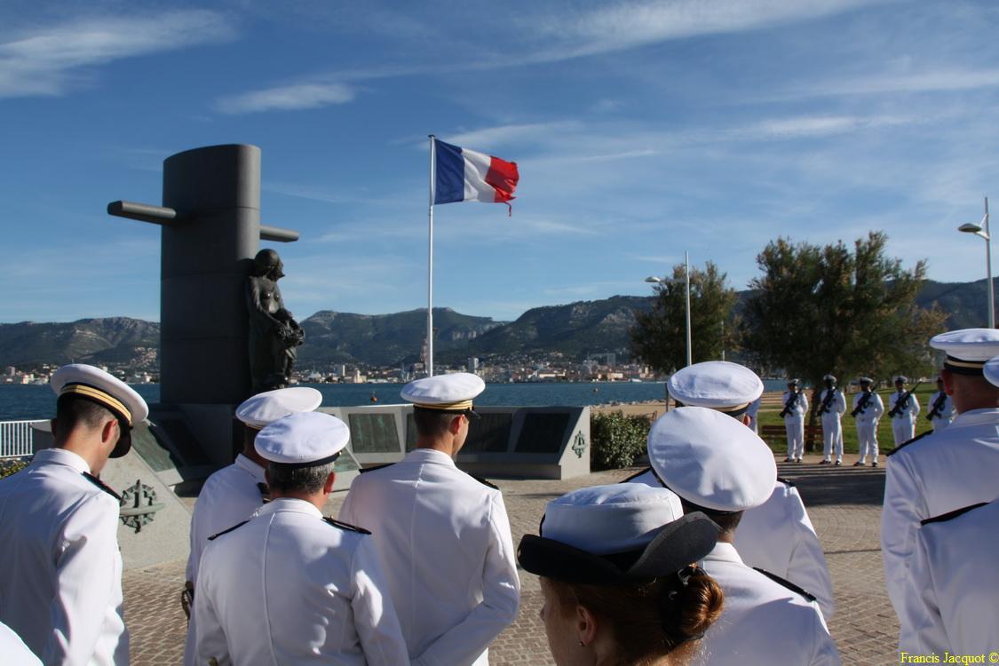 Les sous-marins Rubis et Saphir reçoivent la Croix de la valeur militaire 00315