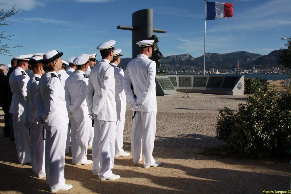 Les sous-marins Rubis et Saphir reçoivent la Croix de la valeur militaire 00515
