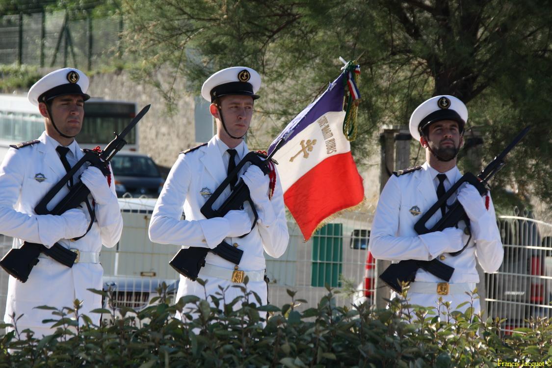 Les sous-marins Rubis et Saphir reçoivent la Croix de la valeur militaire 00915