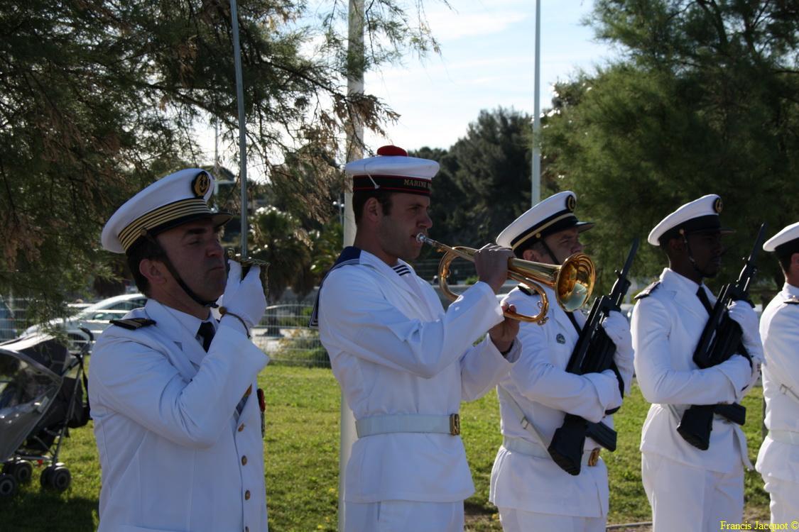 Les sous-marins Rubis et Saphir reçoivent la Croix de la valeur militaire 01417