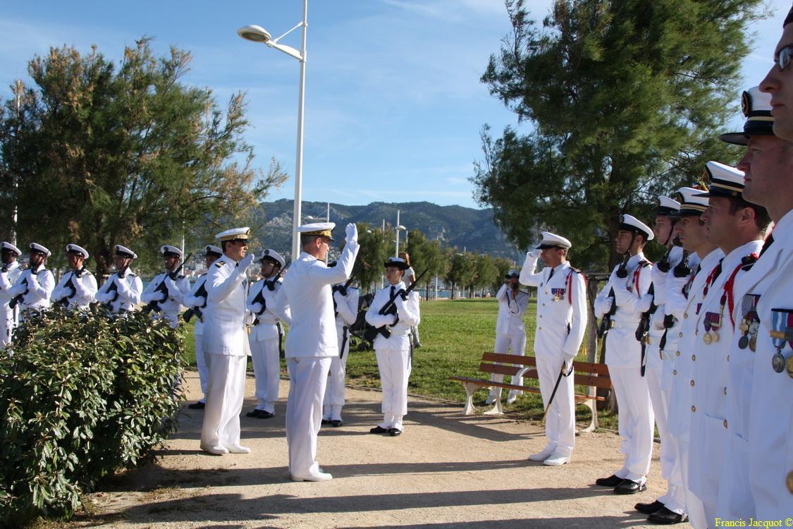 Les sous-marins Rubis et Saphir reçoivent la Croix de la valeur militaire 01715