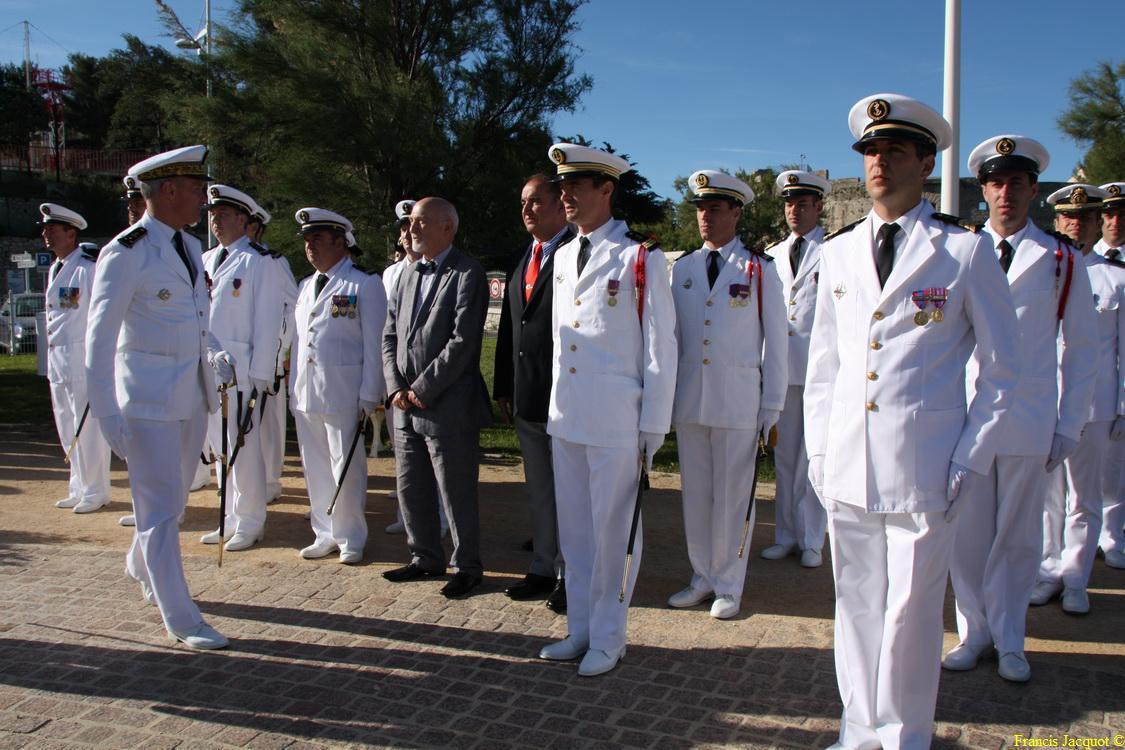 Les sous-marins Rubis et Saphir reçoivent la Croix de la valeur militaire 02115