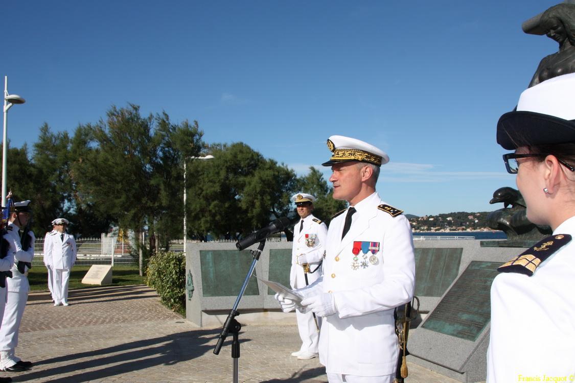 Les sous-marins Rubis et Saphir reçoivent la Croix de la valeur militaire 02316