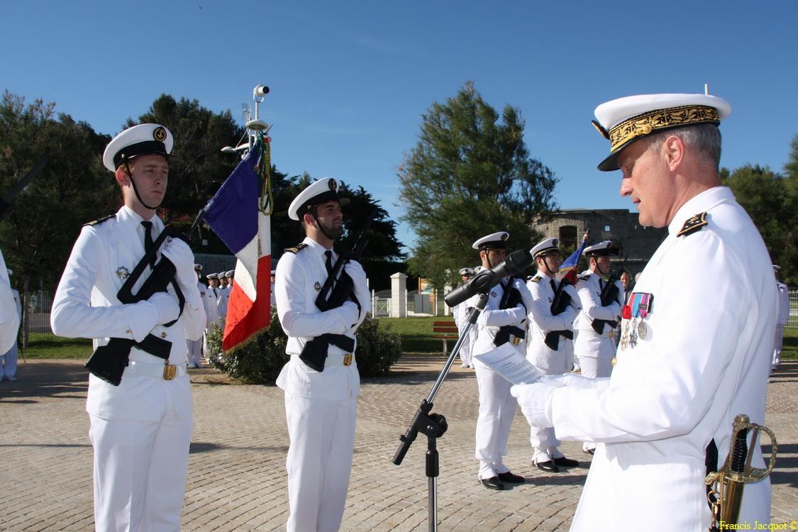 Les sous-marins Rubis et Saphir reçoivent la Croix de la valeur militaire 02515