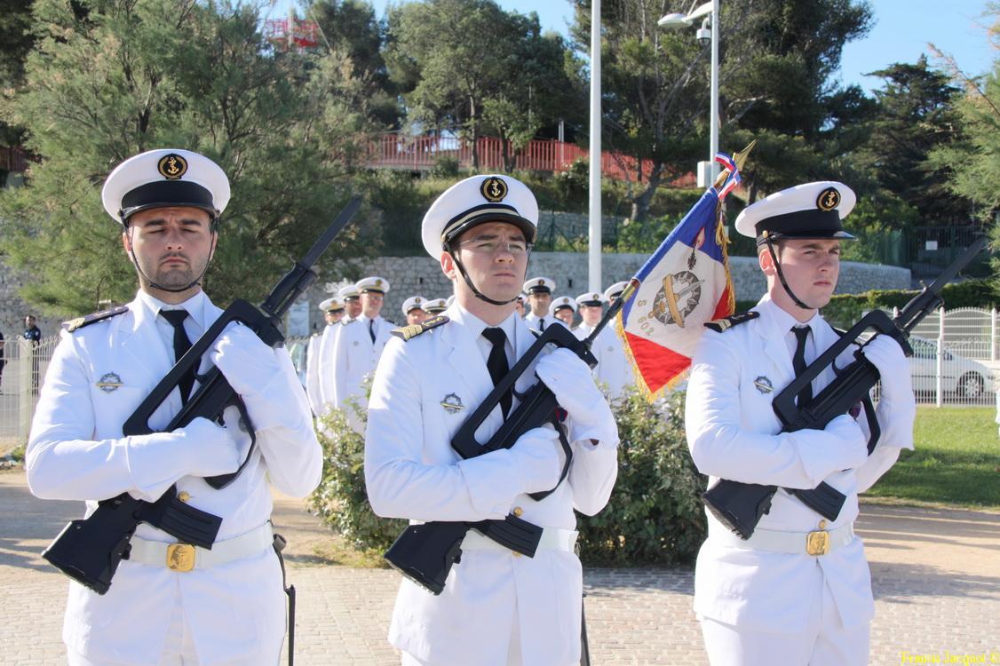 Les sous-marins Rubis et Saphir reçoivent la Croix de la valeur militaire 03014