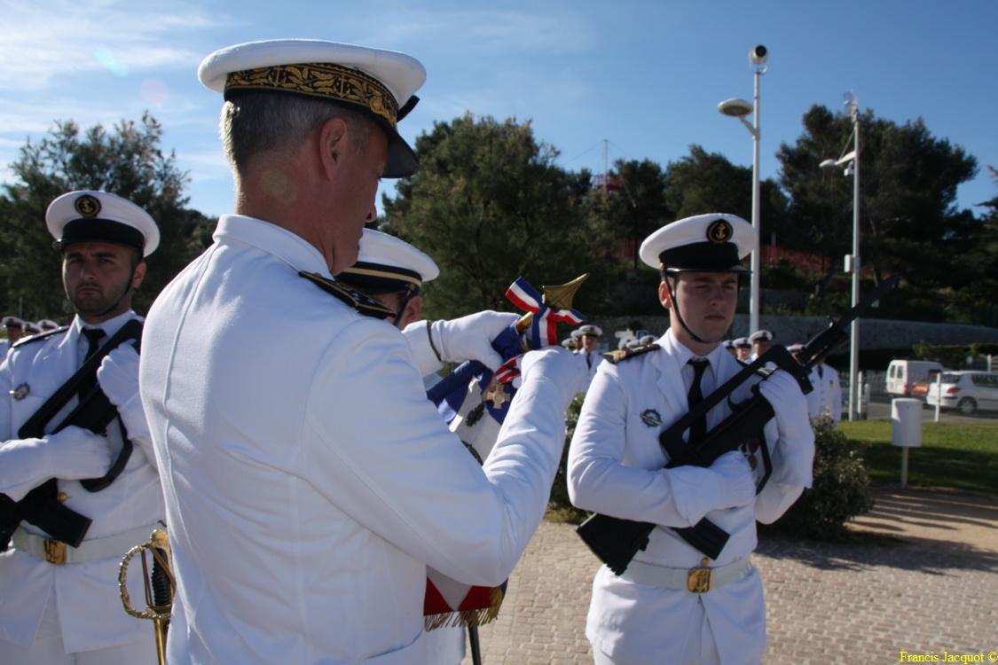 Les sous-marins Rubis et Saphir reçoivent la Croix de la valeur militaire 03114