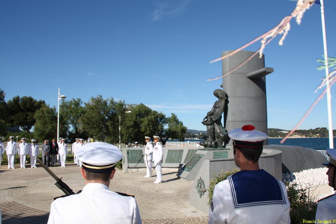 Les sous-marins Rubis et Saphir reçoivent la Croix de la valeur militaire 03214