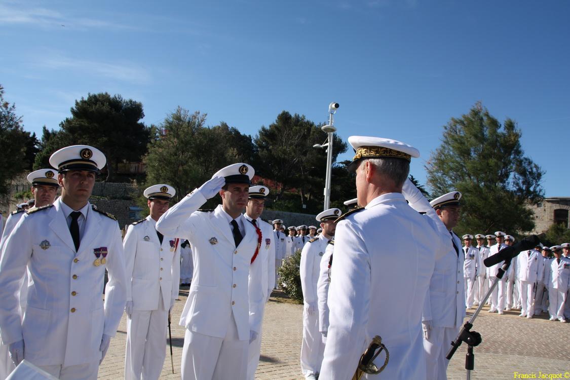 Les sous-marins Rubis et Saphir reçoivent la Croix de la valeur militaire 03614