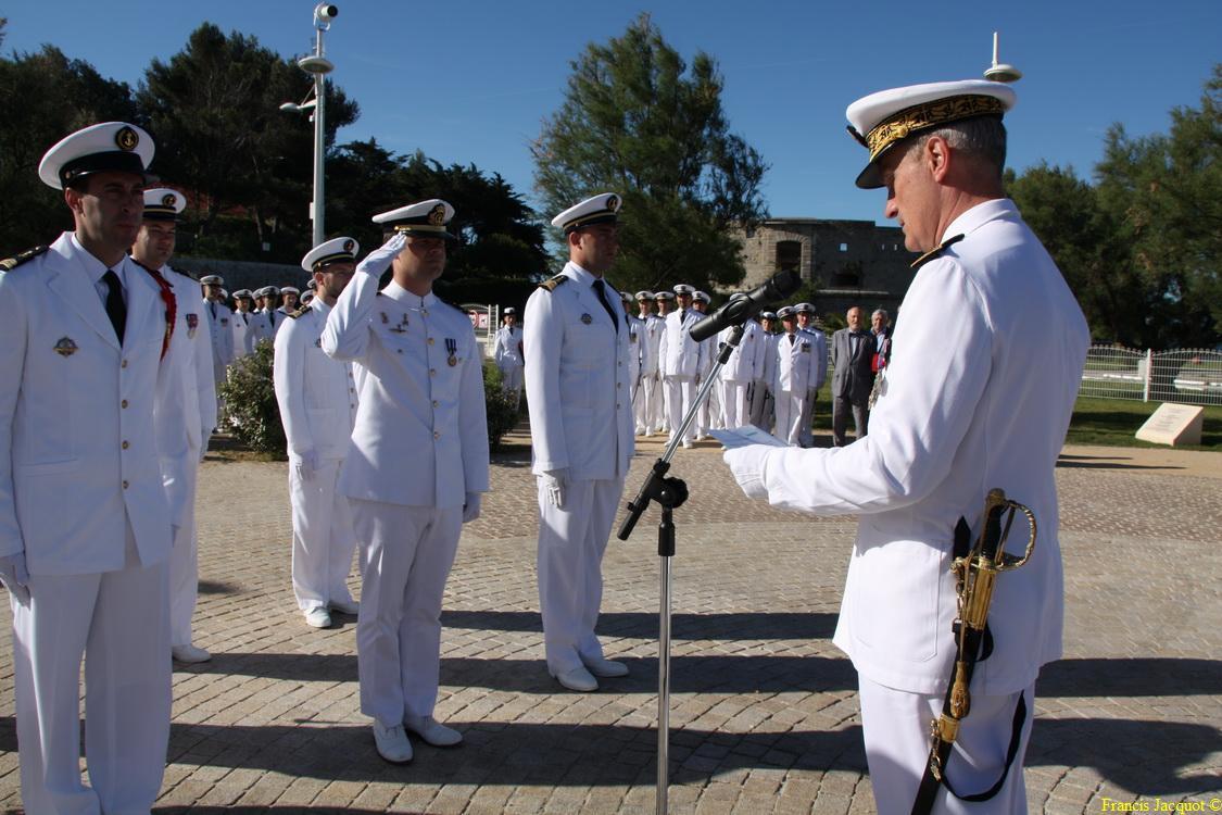 Les sous-marins Rubis et Saphir reçoivent la Croix de la valeur militaire 03714