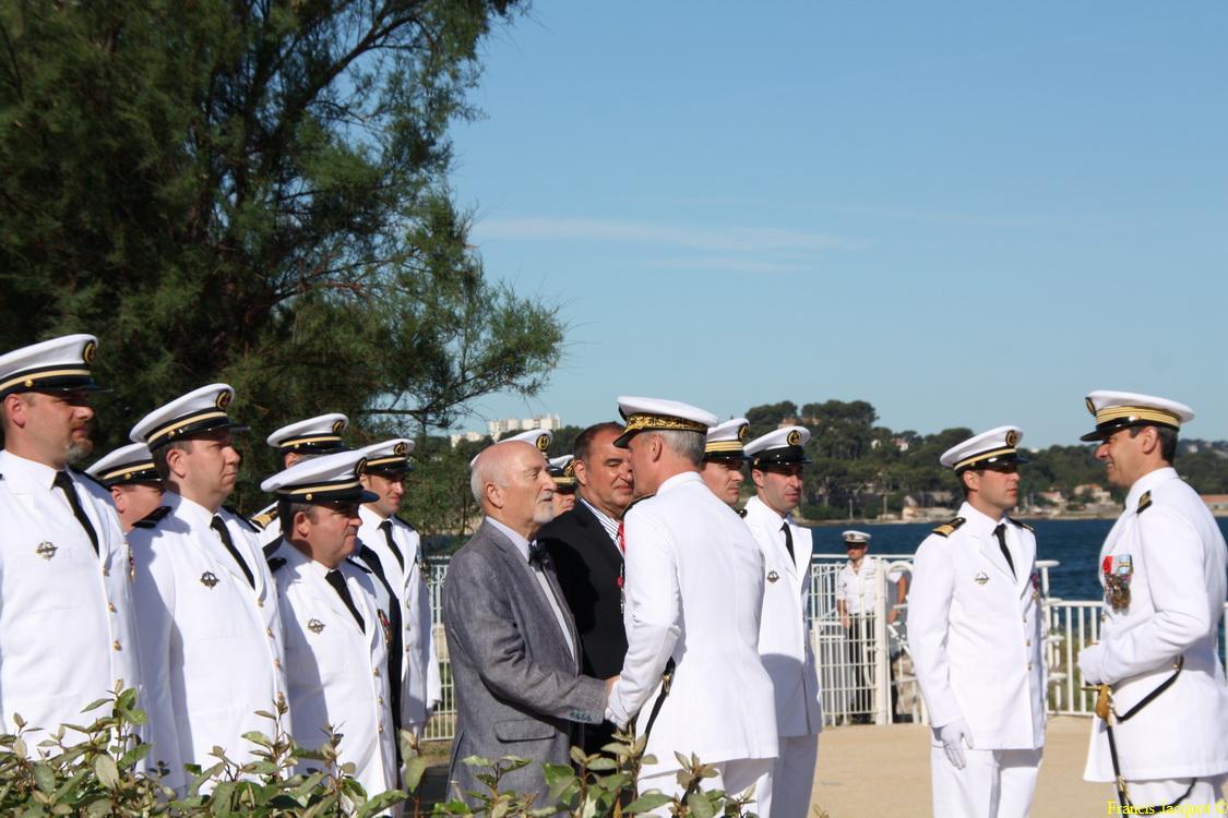 Les sous-marins Rubis et Saphir reçoivent la Croix de la valeur militaire 04512