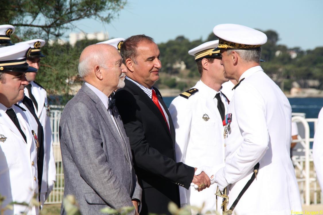 Les sous-marins Rubis et Saphir reçoivent la Croix de la valeur militaire 04612