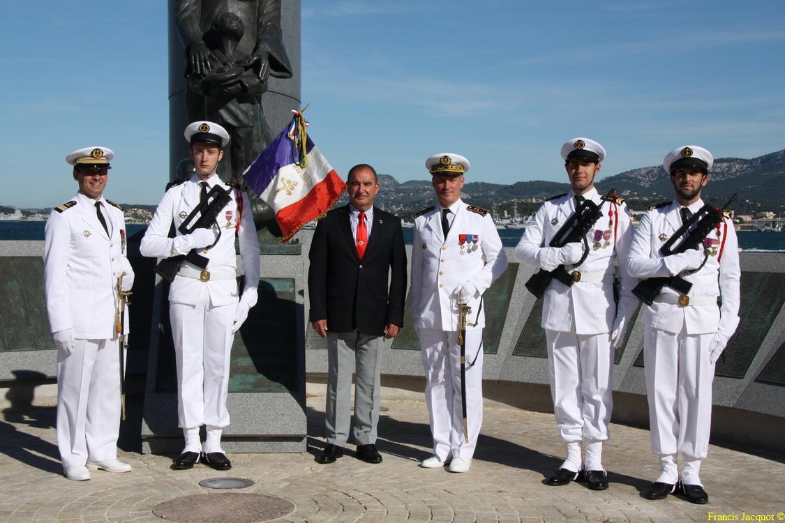 Les sous-marins Rubis et Saphir reçoivent la Croix de la valeur militaire 05112