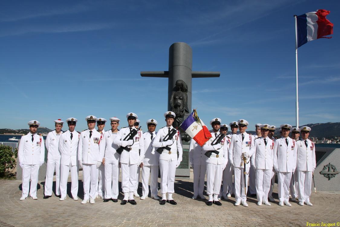 Les sous-marins Rubis et Saphir reçoivent la Croix de la valeur militaire 05212