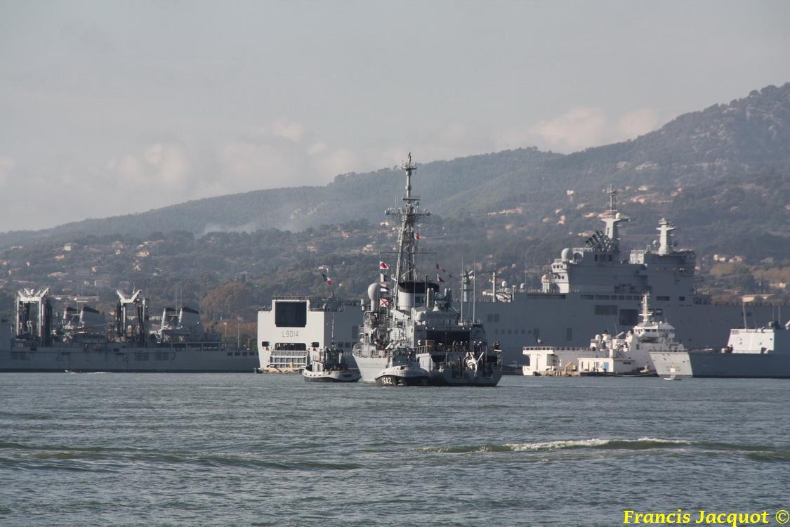 [LES PORTS MILITAIRES DE MÉTROPOLE] Mouvements de Bâtiments dans la rade de Toulon 0838