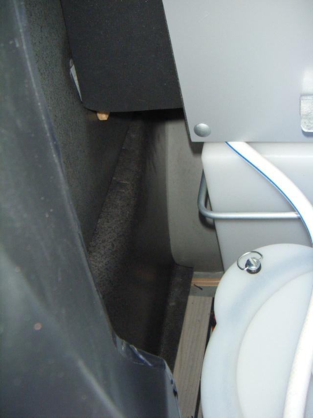 "trajet du ""reniflard"" du réservoir d'eau propre Dscf1313"