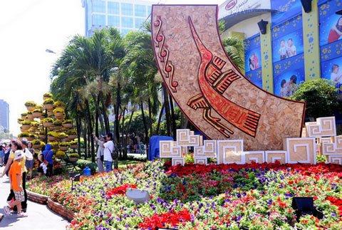 Đường hoa Nguyễn Huệ ngày Tết  20120111