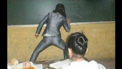 Những tư thế giảng bài 'độc' của giáo viên  20120412