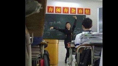 Những tư thế giảng bài 'độc' của giáo viên  20120414
