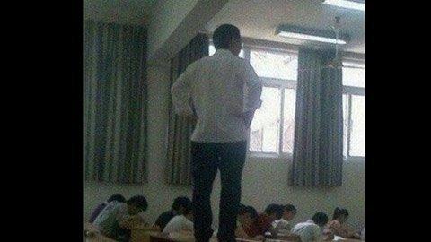 Những tư thế giảng bài 'độc' của giáo viên  20120416