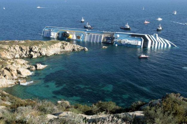 L'épave du Costa-Concordia. Un paquebot géant s'échoue en Italie 64950510