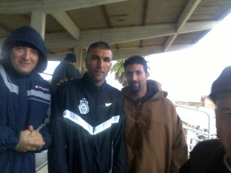 les supporters d'Aokas, les requins, avec les joueurs de l'ASO Chlef (rencontre CRBAokas-CR Thameur) 03022013