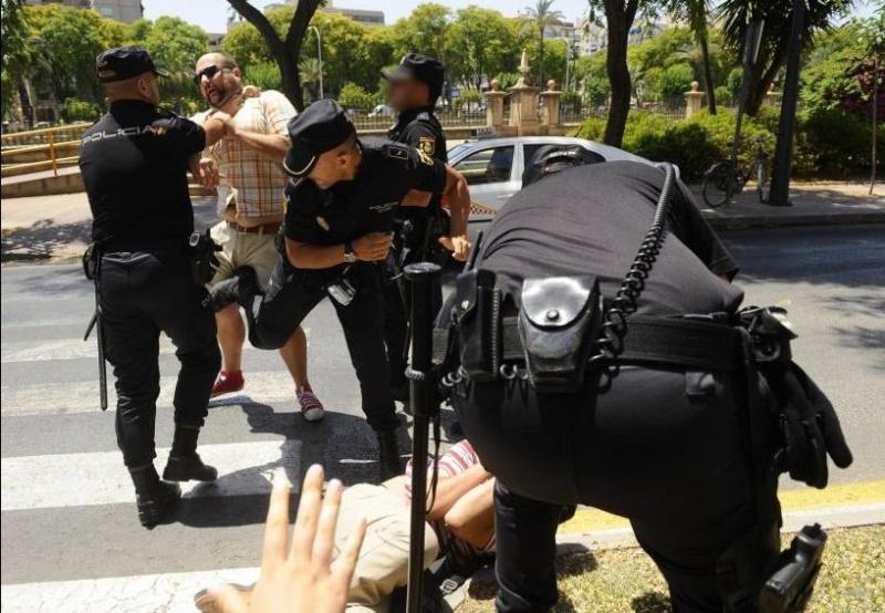 Patada en los testículos por protestar contra Cámara y la corrupción Tes10