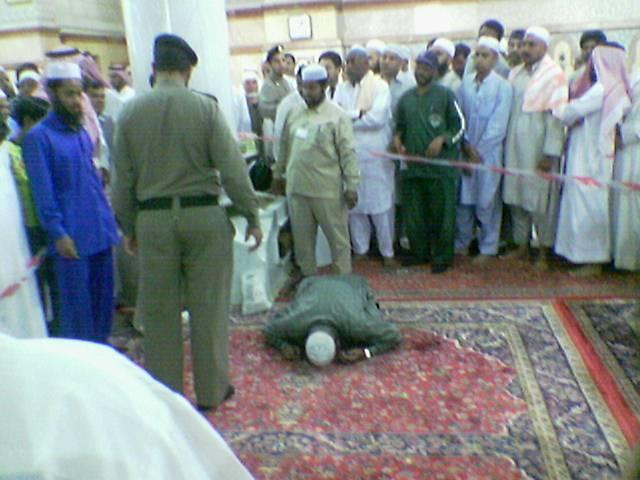مات في مسجد رسول الله وهو في ساجد (اليك الصورة لتصدق) 11833412