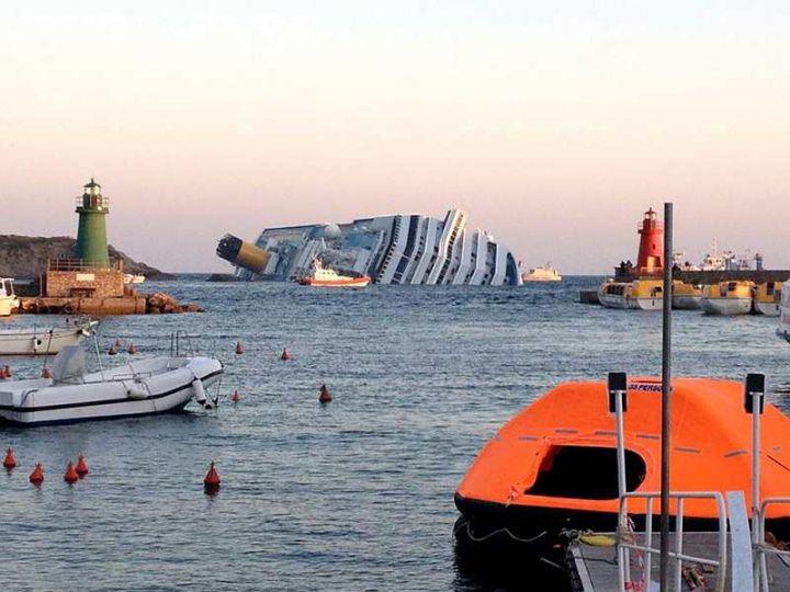 L'épave du Costa-Concordia. Un paquebot géant s'échoue en Italie 18116710