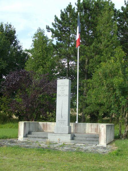 A la découverte des mémoriaux et cimetières militaires - Page 3 55-tro10
