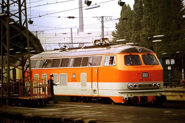 Die Diesellok der DB Baureihe 218 in CityBahn-Lackierung 1017