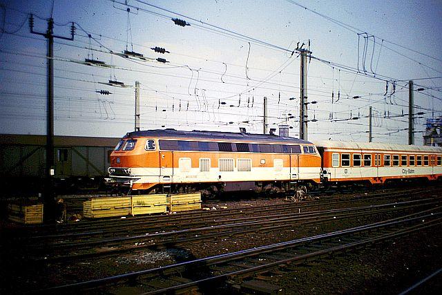 Die Diesellok der DB Baureihe 218 in CityBahn-Lackierung 1414