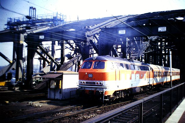 Die Diesellok der DB Baureihe 218 in CityBahn-Lackierung 292