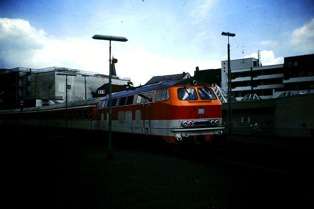 Die Diesellok der DB Baureihe 218 in CityBahn-Lackierung 362