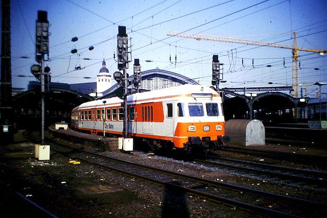 Die Diesellok der DB Baureihe 218 in CityBahn-Lackierung 452
