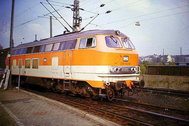 Die Diesellok der DB Baureihe 218 in CityBahn-Lackierung 819