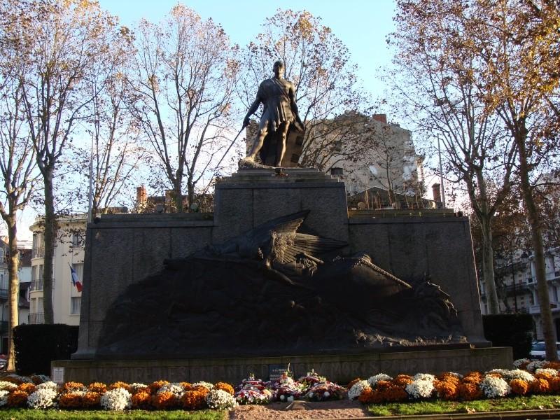 [Histoires et Histoire] Monuments aux morts originaux Français Tome 1 - Page 6 Dsc08210