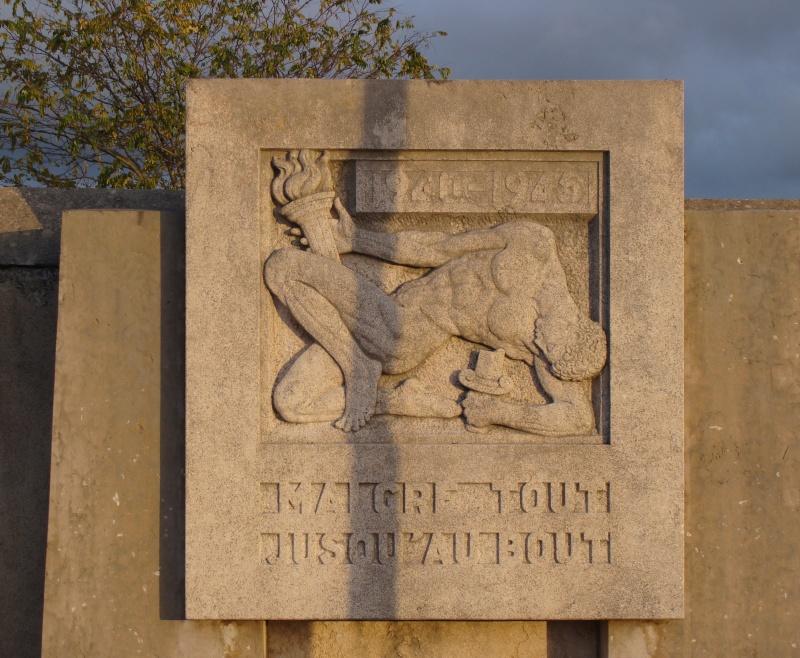 [Histoires et Histoire] Monuments aux morts originaux Français Tome 1 - Page 6 Dsc08218