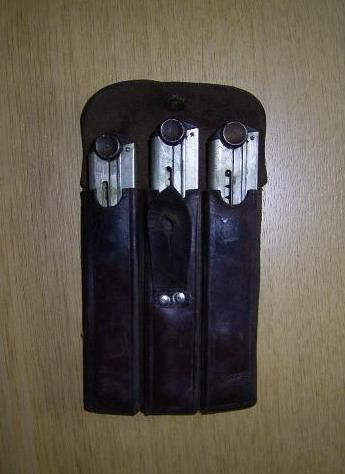Les pochettes pour loger les chargeurs de rechange de Luger. Triple10