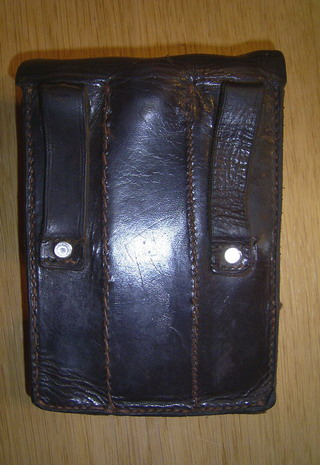 Les pochettes pour loger les chargeurs de rechange de Luger. Triple11