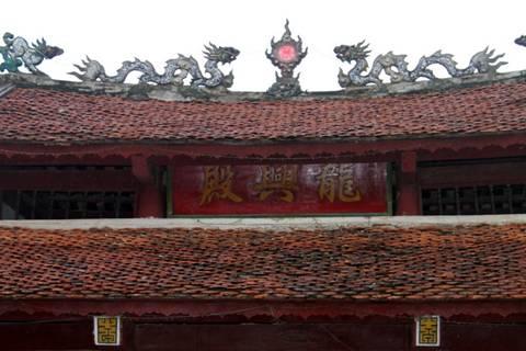 Hoành phi câu đối ở điện Long Hưng . Image026